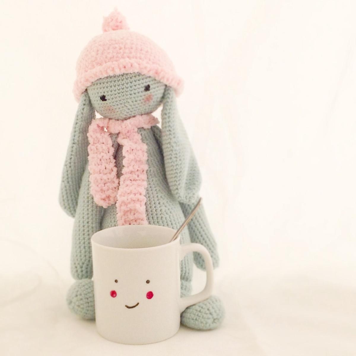 El café de los lunes con el segundo reto cumplido del mes de septiembre: amigurumi conejo con bufanda y gorro